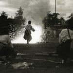 Japanse leger : Vrouw bij ontploffende brandbom tijdens een oefening van een gasaanval. Japan, Tokio, 1938.