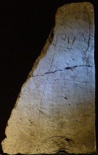 Stèle anthropomorphe, nécropole de Lattes