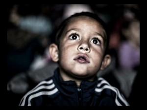 Enfant spectateur les yeux grands ouverts.