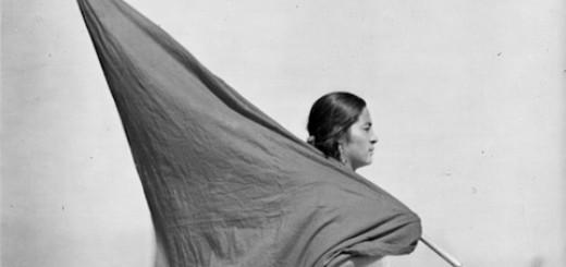 Mujer con bandera_Teaser