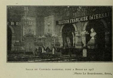 La salle du congrès ( Tome II de l'encyclopédie socialiste, syndicaliste et coopérative p.274.)