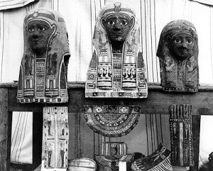 Fig. 4. Éléments de cartonnages de momies trouvés à Tebtynis (Fayoum). Photo d'époque (1899-1900), reproduite avec l'aimable autorisation de l'Egypt Exploration Society.