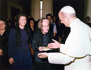 Photo 8 : Réception au Vatican, de droite à gauche, Sa Sainteté, le Pape Paul VI, Elisabeth Pellegrin, Jeannine Fohlen et Colette Jeudy.