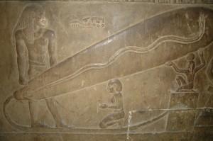 """""""Glühbirne von Dendera"""". Krypta des Hathor Tempels zu Dendera. (Ägypten) Autor: Alf Kontermann, eigenes Werk.  (Quelle: Wikimedia; CC BY-SA 2.5)"""