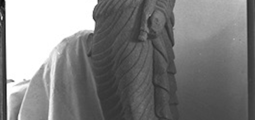 Statue de Dusarès mutilée en basalte (Hauran, Syrie), vers 1925, collections photographiques de l'Institut français du Proche-Orient (Ifpo).