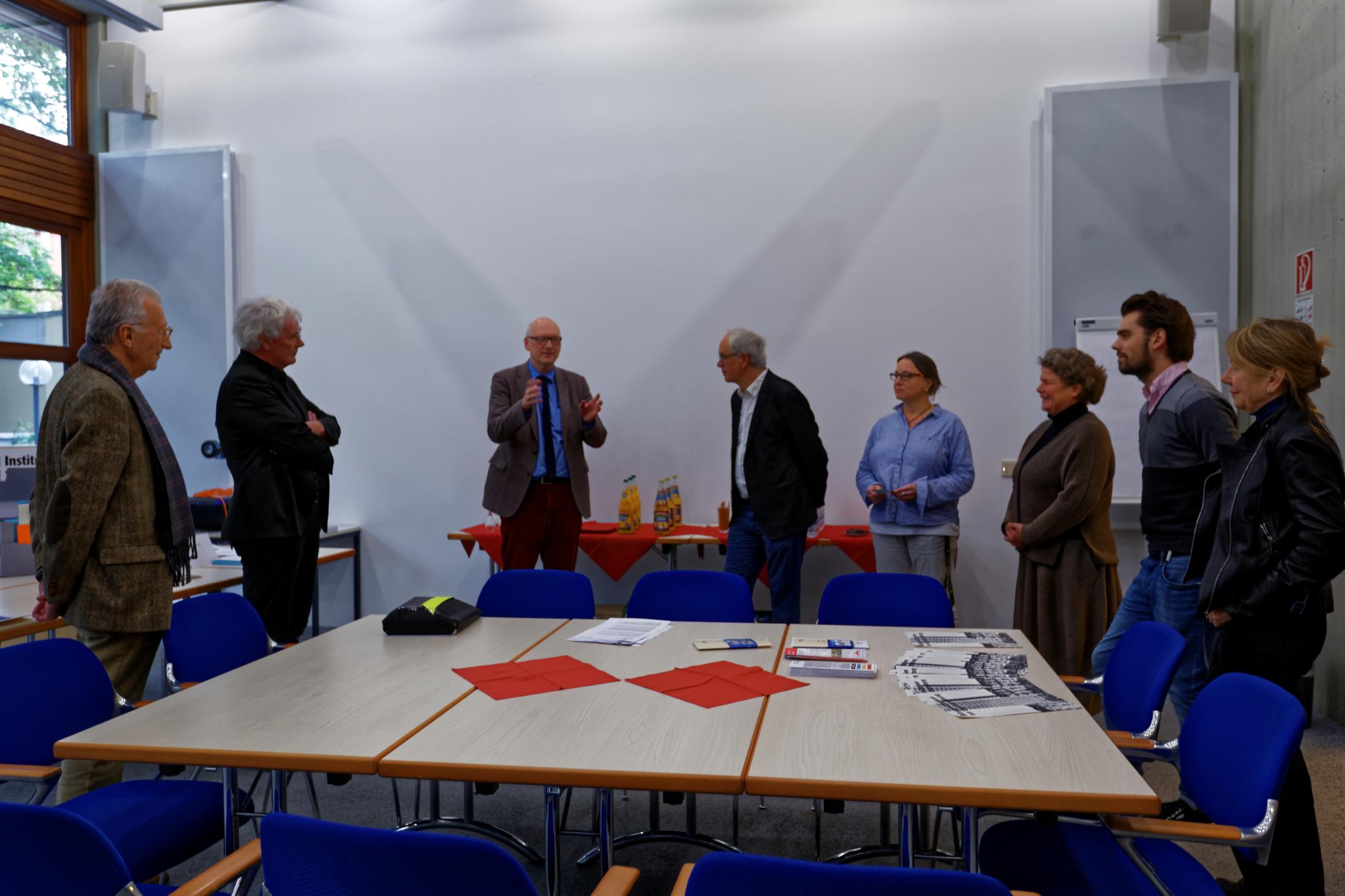 M. Brechtken (3.v.l.) und U. Elbracht (4.v.r) diskutieren mit VertreterInnen des Werkbund Bayern. Foto: Alexander M. Klotz. Alle Rechte vorbehalten.