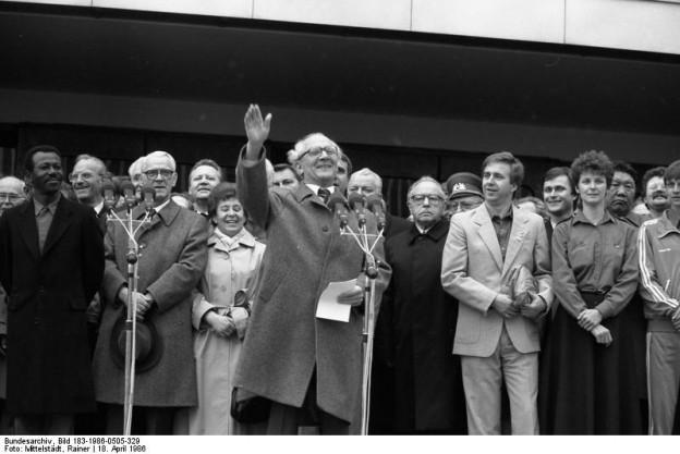 Rainer Mittelstedt: Berlin, XI.Parteitag der SED, FDJ-Manifestation, Erich Honecker und Mengistu Haile Mariam, 18.04.1986. Im Besitz des Bundesarchives.