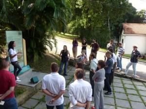 Grupo acompanha as explicações sobre a história da Hospedaria de Imigrantes Ilha das Flores – 11/06/13