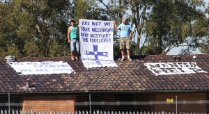 800px-Asylum_seekers_on_the_roof_of_Villawood_Immigration_Detention_Centre_2