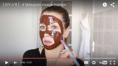 Capture d'écran représentant EnjoyPhoenix s'appliquant un masque à la cannelle