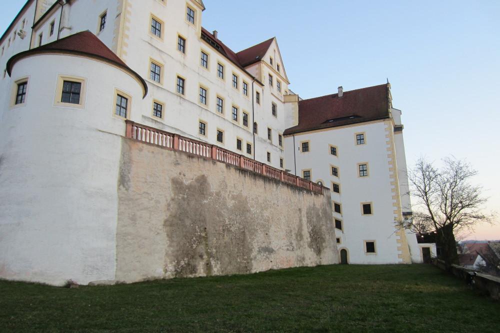 Schloss Colditz, unterer Lustgarten mit ehem. Apotheke, Aufnahme: Christa Syrer, Februar 2015.