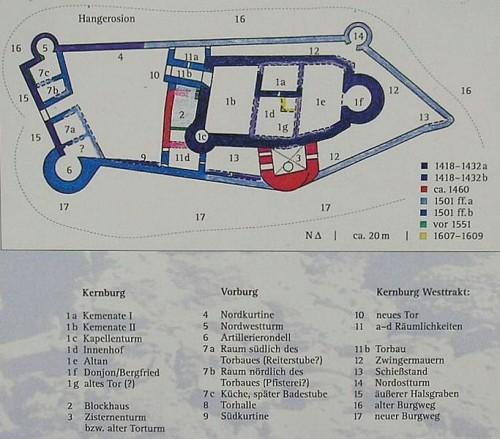 Grundriss und Baualtersplan auf der Infotafel am Zugang. Quelle: Wikimedia Commons, CC 0
