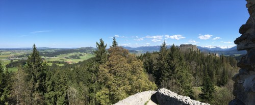 Blick auf die Burg Eisenberg vom Osteck der Befestigungsmauer der Hohenfreyberg aus gesehen
