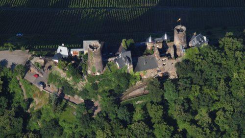 Luftbild der Burg Thurandt oberhalb von Alken an der Mosel, aus Südosten Quelle: Wikimedia Commons, CC BY-SA 3.0, Foto: Wolkenkratzer (Username)