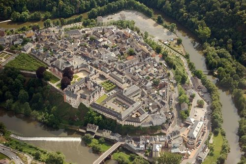 Weilburg, im VG die Schlossanlage Quelle: Wikimedia Commons, Foto: Fritz Geller-Grimm (Unsername), CC BY-SA 3.0