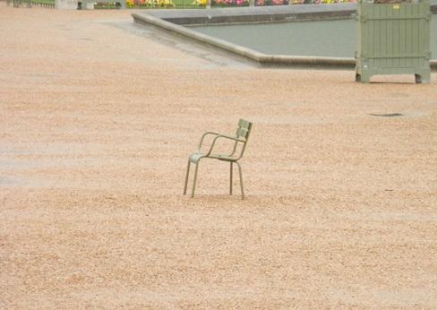 Chaise. Vide. Jardin du Luxembourg (crédits : Jacques Bousiquier, via http://www.imagesdubeaudumonde.com/2014/07/la-politique-de-la-chaise-vide-jardin-luxembourg-palais.html)
