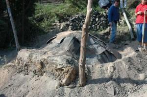 Figure 4 : four portugais, le chargement recouvert de tôles et de sables, défournement en 2006.