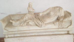 Fig. 3: Monument kline funéraire d'une défunte représentant une femme allongée. Fin du Ier s. ap. J.-C. Rome, Museo nazionale romano, Terme di Diocleziano (inv. 39504). Photographie de l'auteur.