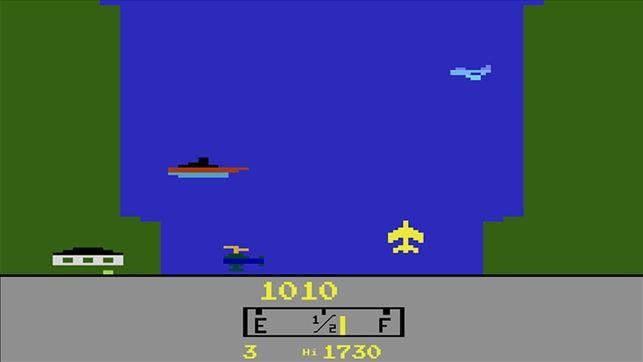 Abb. 2: Spielausschnitt 'River Raid' (C64 u. a., Activision, 1982), das als Präzedenzfall für ein kriegsverherrlichendes Digitales Spiel 1985 von der BPjS indiziert wurde. (Screenshot aus dem Spiel)