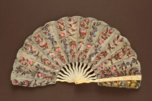 Folding Fan with ivory serpentine sticks and painted silk palmettes, circa 1680s. ©The Fan Museum, Hélène Alexander Collection (Greenwich, London)