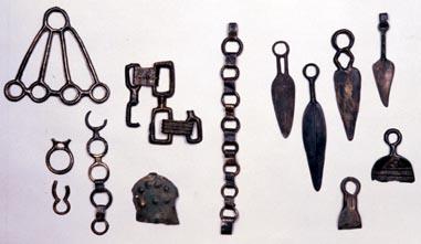 Parures du Musée de Gap attribués par erreur au dépôt de Ribiers. CNRS / CCJ - A. CHENE et Ph. FOLIOT.