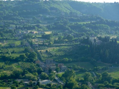Orvieto: la route par laquelle Turner arriva descend du plateau de lave dans la vallée à l'ouest de la ville; le cimetière et la chapelle de Saint Laurent aux liens sur la droite de l'image (photo RCourtot juin 2010)