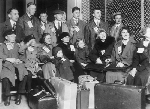 ADN-Bildarchiv USA 1931 Auf der Einwanderungsinsel Ellis Island vor New York warten mit Nummern versehene Einwanderer auf ihr weiteres Schicksal. 3408-31 [Scherl Bilderdienst]