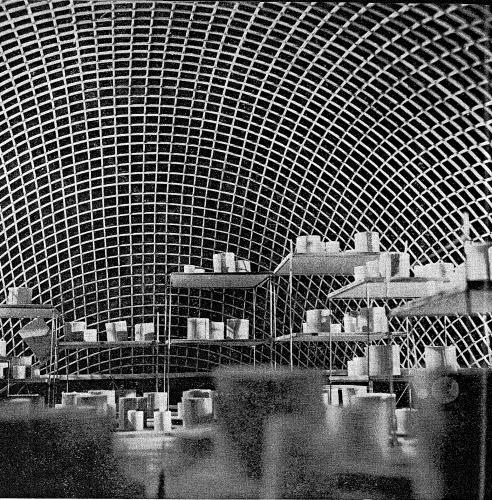 Figure 4. Cabaret - théâtre établi par les élèves de l'École d'Architecture de Nancy (vue de l'intérieur) pour le pré de Maxéville à Laxou. Archives de Meurthe-et-Moselle, cote du document : 68J9