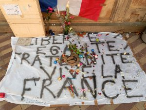 Mémorial de rue des attaques de Paris de novembre 2015, place Corbis, à Belfort. Thomas Bresson CC BY-SA 4.0