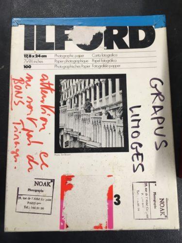 Exemple de boîtes photos standard dans lesquelles les tirages de lectures étaient archivés dans les locaux du « bar Floréal ».