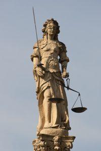 Das personifizierte Recht – Justitia / https://commons.wikimedia.org/wiki/Category:Iustitia#/media/File:Cudrefin-justice.jpg