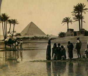 Pyramiden von Gizeh, Foto aus dem 19. Jahrhundert (Quelle: https://commons.wikimedia.org/wiki/File:PyramidDatePalms.jpg).