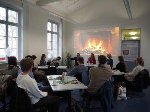 Das Bild zeigt eine Veranstaltung der Kamingespräche, an der Studierende und Lehrer/innen teilnehmen und diskutieren.