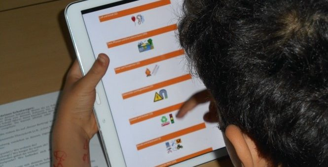 Ein junger Mensch recherchiert in der Kidipedia am Tablet.