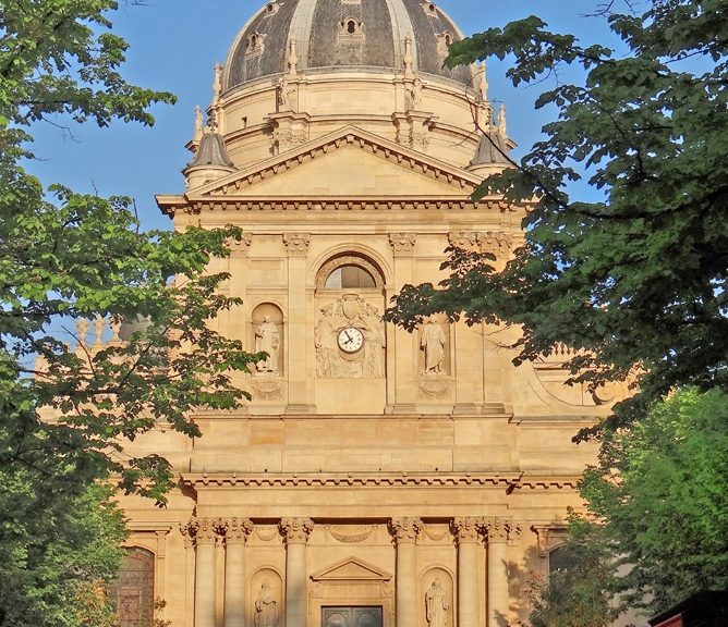 https://commons.wikimedia.org/wiki/Category:West_facade_of_Chapelle_Sainte-Ursule_de_la_Sorbonne?uselang=fr#/media/File:La_chapelle_de_la_Sorbonne_(Paris)_(8739942556).jpg