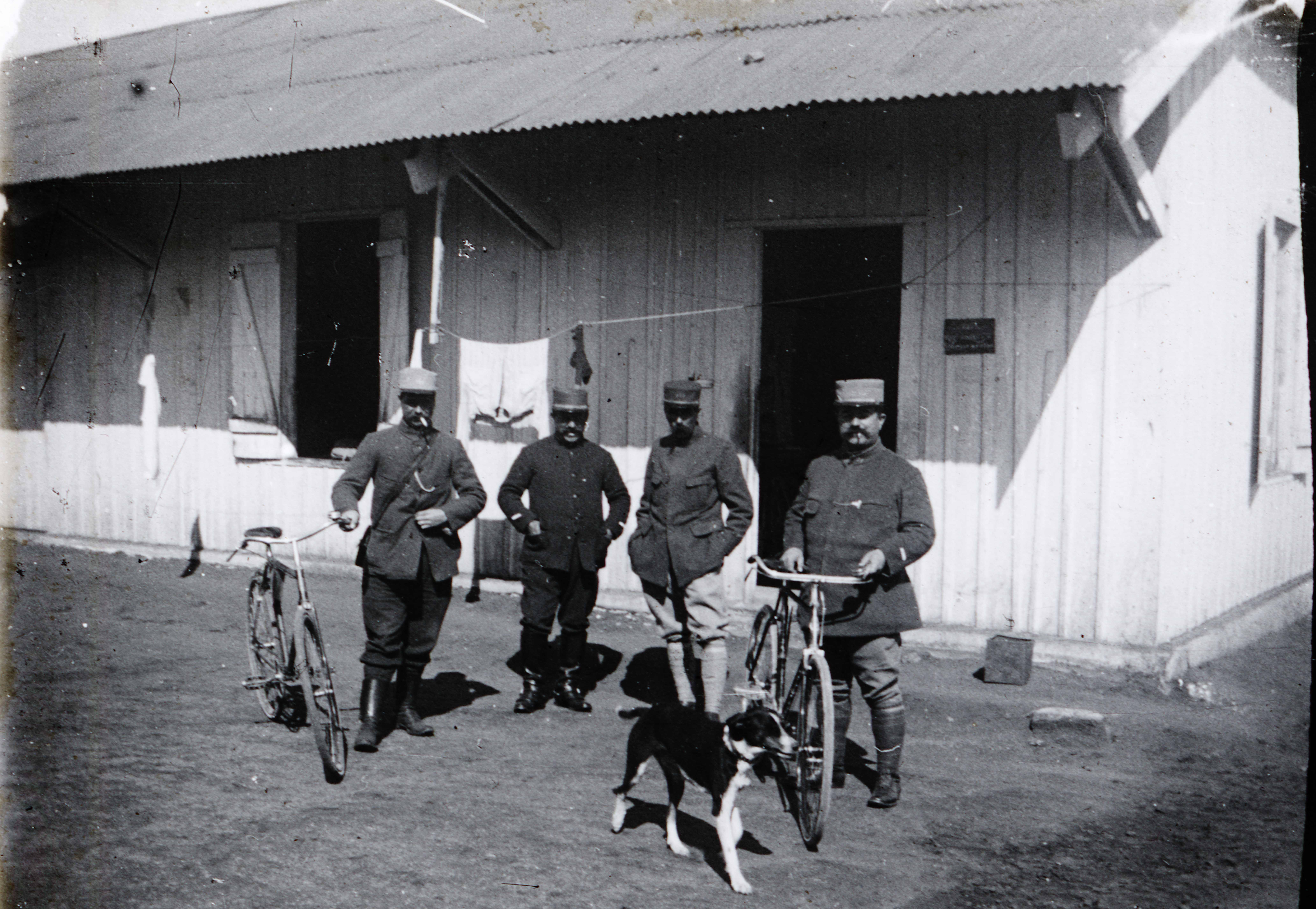 Maroc 1914-1918 - Devant le bureau de vaguemestre,