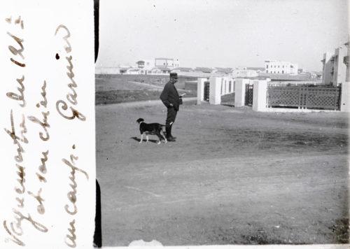 Vaguemestre du 121e et son chien, au camp Garnier