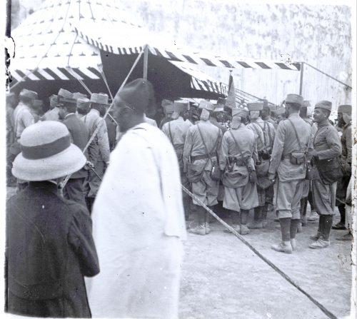 Population marocaine et civile offrant le champagne aux tirailleurs maroc. (2)