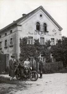 """LPG """"Neue Zeit – Nowy čas in Cölln, 1954. Sorbisches Kulturarchiv Bautzen (Rechte vorbehalten)"""