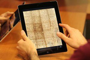 tablet_con_documento_antico_a_tutto_schermo