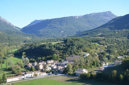 Vue d'ensemble du village de Senez depuis le site de la Roche (© SDA 04)