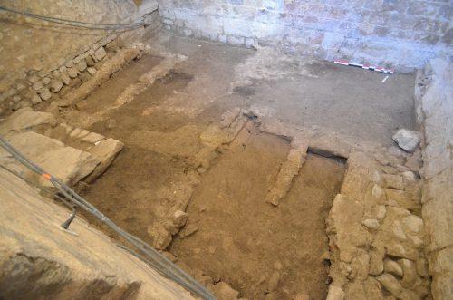 Les coffrages maçonnés des tombes et caveaux apparaissent après démontage des drains (© SDA 04)