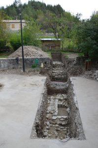 Structures archéologiques dans une des tranchées ouverte lors du diagnostic de 2014 (© SDA 04)