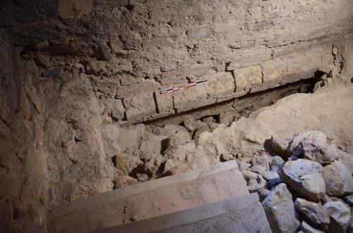 Vestiges de la corniche sommitale du mur nord du clocher roman, reconnu au sommet de l'escalier en vis. On devine, sous la corniche, l'amorce de deux arcs