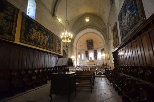 Vue du chœur de la cathédrale depuis la partie centrale de la nef