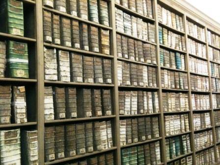 Regale im Archives Nationales, Paris (Foto: Levke Harders, 2014) CC BY-NC-SA 3.0 DE