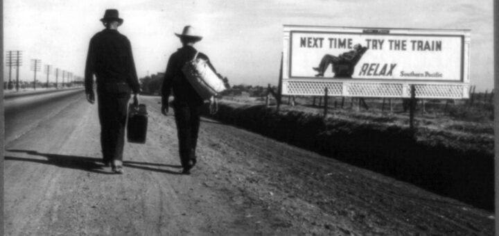 """Wanderarbeiter vor einer Werbetafel, die zu Bahnreisen rät. Foto """"On the Road to Los Angeles, California"""" von Dorothea Lange, März 1937"""