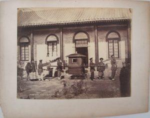 PH92-22 : Mandarin's sedan chair, Peking. Thomas Child, photographie prise entre 1870 et 1890. Epreuve à l'albumine sur papier, montage sur carton, porte au dos « Chaise à porteurs pour les mandarins » (annotation de Louis Dumoulin au dos du montage)