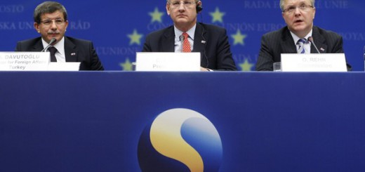 (L-R) Turkey's Foreign Minister Ahmet Davutoglu, Swedish Foreign Minister Carl Bildt and EU Enlargement Commissioner Olli Rehn brief media after an accession conference at the European Union Council headquarters in Brussels, December 21, 2009.     REUTERS/Francois Lenoir   (BELGIUM - Tags: POLITICS)