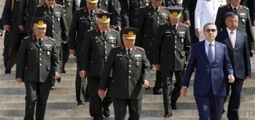 Le Premier ministre turc Recep Tayyip Erdogan (à droite) quitte le mausolée Mustafa Kemal en compagnie de hauts gradés, dont le général Necdet Ozel (au centre). Ce dernier devrait prendre la tête de l'armée turque qui se cherche un nouvel état-major après trois jours après la démission de ses quatre plus hauts généraux. /Photo prise le 31 juillet 2011/REUTERS/Umit Bektas